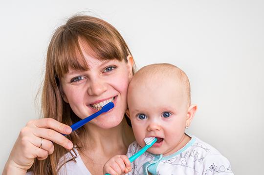 Hướng dẫn bé dùng bàn chải đánh răng