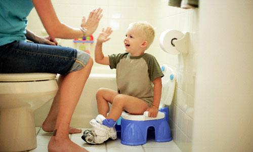 Hướng dẫn tập cho bé tự đi vệ sinh bằng bô