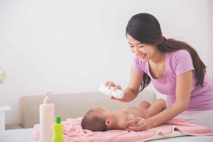 sử dụng phấn rôm cho bé